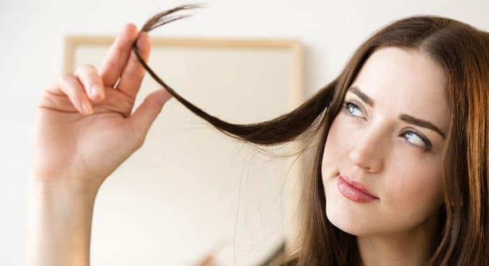 femme jouant avec une des ses mèches de cheveux