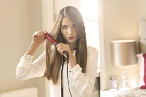 femme se lissant les cheveux avec le lisseur remington pro silk