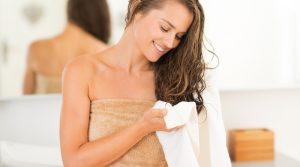 femme se sechant les cheveux avec une serviette