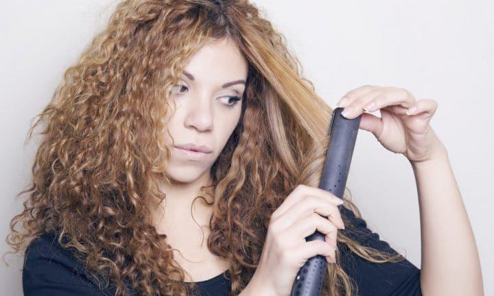 lissage de cheveux frisés avec un lisseur céramique