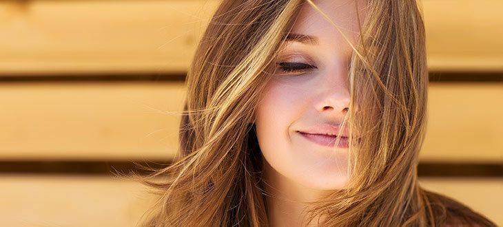 femme aux cheveux lisse portés par le vent