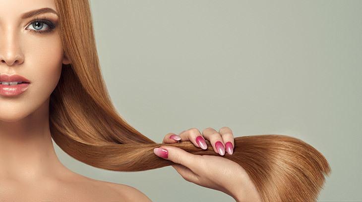 femme rousse aux cheveux lisses