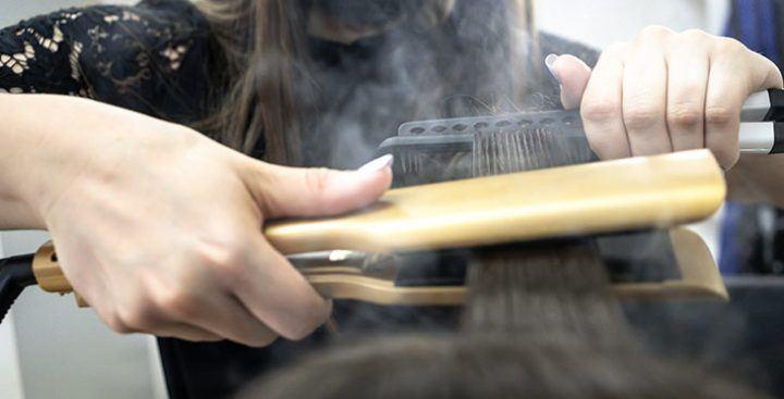 coiffeur utilisant un lisseur vapeur
